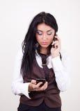 Aantrekkelijke jonge brunette die door mobiel roept Royalty-vrije Stock Afbeeldingen