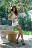 Aantrekkelijke jonge dame in de tuin royalty-vrije stock afbeeldingen
