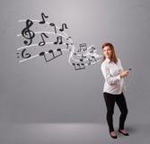 Aantrekkelijke jonge dame die en aan muziek met musica zingen luisteren Stock Foto's
