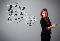 Aantrekkelijke jonge dame die en aan muziek met musica zingen luisteren Royalty-vrije Stock Afbeeldingen