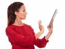 Aantrekkelijke jonge dame die haar tabletpc met behulp van royalty-vrije stock afbeeldingen