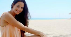 Aantrekkelijke Jonge Dame Relaxing bij het Strandzand stock footage