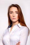 Aantrekkelijke jonge donkerbruine onderneemster met haar gekruiste wapens Stock Foto's