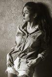 Aantrekkelijke jonge donkerbruine vrouw De Slijtagestijl van denimjeans Royalty-vrije Stock Foto's