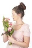 Aantrekkelijke jonge donkerbruine vrouw met boeket van rozen stock afbeelding
