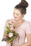 Aantrekkelijke jonge donkerbruine vrouw met boeket van rozen stock foto's