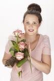 Aantrekkelijke jonge donkerbruine vrouw met boeket van rozen royalty-vrije stock foto's