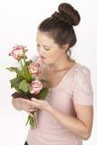 Aantrekkelijke jonge donkerbruine vrouw met boeket van rozen royalty-vrije stock afbeeldingen