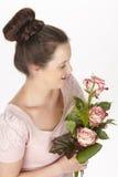 Aantrekkelijke jonge donkerbruine vrouw met boeket van rozen stock foto