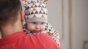 Aantrekkelijke jonge enige papa die wat tijd met zijn baby thuis doorbrengen stock videobeelden