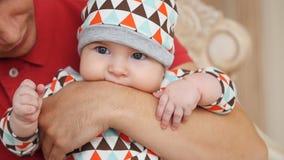 Aantrekkelijke jonge enige papa die wat tijd met zijn baby thuis doorbrengen stock footage
