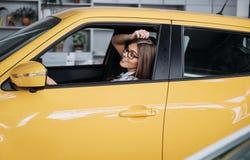 Aantrekkelijke Jonge Kaukasische Vrouw Stock Foto's