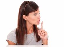 Aantrekkelijke jonge Latijnse vrouw het bevelen stilte stock foto
