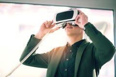 Aantrekkelijke jonge mens die 3D glazen houden Stock Afbeeldingen
