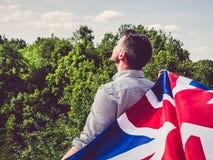 Aantrekkelijke, jonge mens die een Britse Vlag golven stock afbeelding