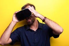 Aantrekkelijke jonge mens die een ontploffing met zijn VR-hoofdtelefoon hebben royalty-vrije stock fotografie