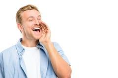 Aantrekkelijke jonge mens die - geïsoleerd op witte achtergrond schreeuwen royalty-vrije stock afbeelding
