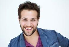 Aantrekkelijke jonge mens die met baard op witte achtergrond glimlachen Royalty-vrije Stock Foto's
