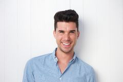 Aantrekkelijke jonge mens die in openlucht glimlachen Royalty-vrije Stock Foto