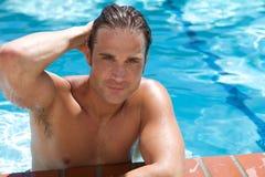Aantrekkelijke Jonge Mens in Pool royalty-vrije stock foto's