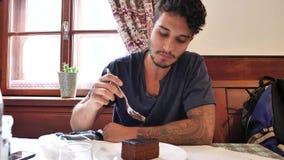 Aantrekkelijke jonge mens in restaurant het eten stock video