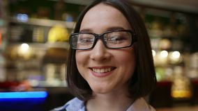 Aantrekkelijke jonge onderneemster die glazen dragen stock video