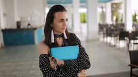Aantrekkelijke jonge onderneemster glazen dragen en koffie drinken om te gaan, vrouwelijke laptop van de studentenholding en het  stock footage