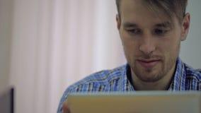 Aantrekkelijke jonge partner die in van hem werken stock footage