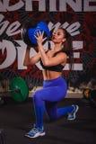 Aantrekkelijke jonge spiervrouw die met ballen in gymnastiek uitwerken royalty-vrije stock foto