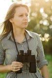 Aantrekkelijke jonge toerist met verrekijkers openlucht in bos - openlucht stock afbeeldingen