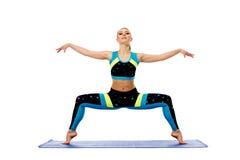 Aantrekkelijke jonge vrouw belast met pilates op mat Royalty-vrije Stock Foto's
