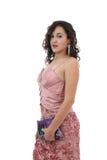 Aantrekkelijke jonge vrouw in de roze kleur van de kledingsholding stock foto's