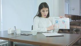 Aantrekkelijke jonge vrouw die bedrijfspresentatie in de koffie geven stock video