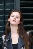 Aantrekkelijke jonge vrouw die buiten stellen royalty-vrije stock fotografie