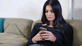 Aantrekkelijke jonge vrouw die celtelefoon op laag met behulp van royalty-vrije stock foto's