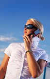Aantrekkelijke jonge vrouw die door cellulaire telefoon roept Stock Afbeeldingen