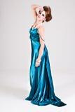 Aantrekkelijke Jonge Vrouw die een Blauwe Kleding van het Satijn draagt Royalty-vrije Stock Foto's