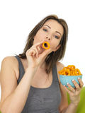 Aantrekkelijke Jonge Vrouw die een Kom van Ui Ring Flavoured Sn houden stock foto's