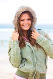 Aantrekkelijke Jonge Vrouw die een Laag draagt Stock Afbeeldingen