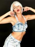 Aantrekkelijke Jonge Vrouw die Grove calico's dragen die luisteren niet Stock Foto