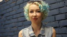 Aantrekkelijke jonge vrouw die ja door hoofd zeggen binnen te schudden stock footage