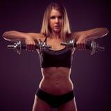 Aantrekkelijke jonge vrouw die met domoren uitwerkt - bikini fitne Royalty-vrije Stock Afbeeldingen