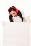 Aantrekkelijke jonge vrouw die met santahoed wit uithangbord houden Stock Fotografie