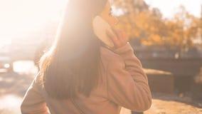 Aantrekkelijke jonge vrouw die op smartphone spreken die vriend, voordelig tarief roepen stock afbeelding