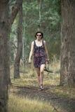 Aantrekkelijke jonge vrouw die in struik loopt Royalty-vrije Stock Afbeelding