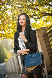 Aantrekkelijke jonge vrouw in een herfstmanierschot Mooie modieuze dame in het zwart-witte uitrusting stellen in park Stock Foto's
