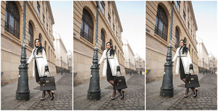 Aantrekkelijke jonge vrouw in een schot van de de wintermanier Mooi modieus jong meisje in het zwart-witte uitrusting stellen op  Royalty-vrije Stock Afbeeldingen