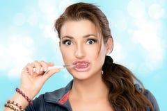 Aantrekkelijke Jonge Vrouw het Borstelen Tanden royalty-vrije stock foto's
