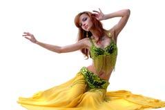Aantrekkelijke jonge vrouw het dansen buik-dans Royalty-vrije Stock Foto's