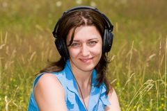 Aantrekkelijke jonge vrouw het luisteren muziek in openlucht Royalty-vrije Stock Foto
